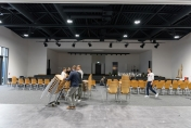 Die Stühle für Saal A wurden just-in-time durch eine Gemeinde angeliefert.