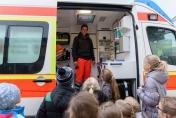 ...den Kindern den Rettungswagen zu erklären.