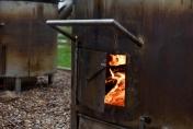 In speziellen Öfen wird mit Holz das Fleisch gegart und der Reis gekocht.