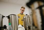 Die Kaffeemaschinen werden in aller Früh angeworfen - 900 Liter sind eine Menge!